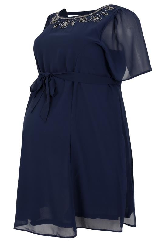 Robes BUMP IT UP MATERNITY Robe Patineuse Navy Bleu en Chiffon Avec Ornement au Cou 158066