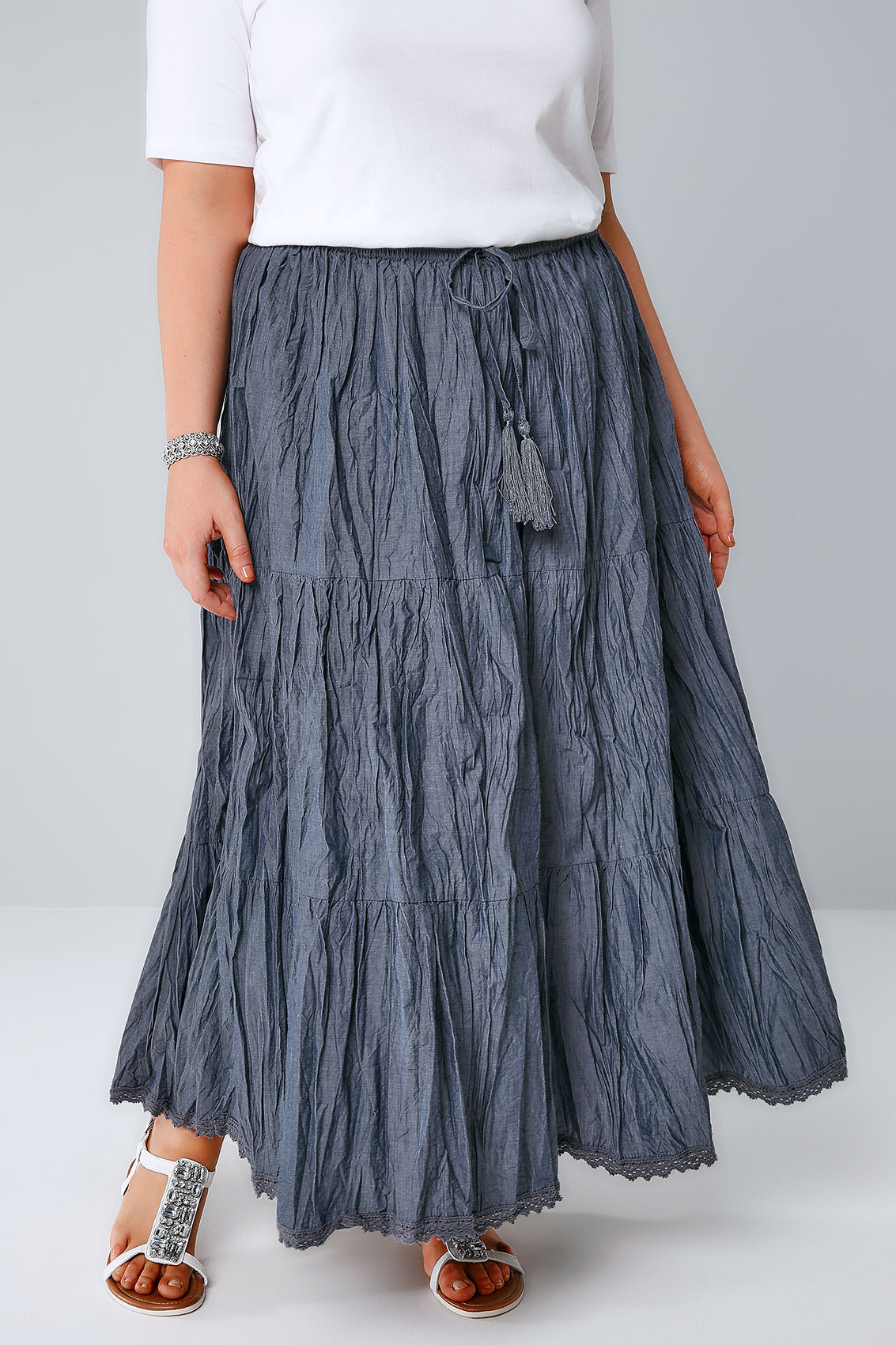 All your favorite long skirts come in white, green, and pink floral prints, bold chevron patterns, flowy hemlines, and pencil maxi skirts with slits. Try a romantic chiffon maxi skirt with flirty mesh insets or flower applique overlays.