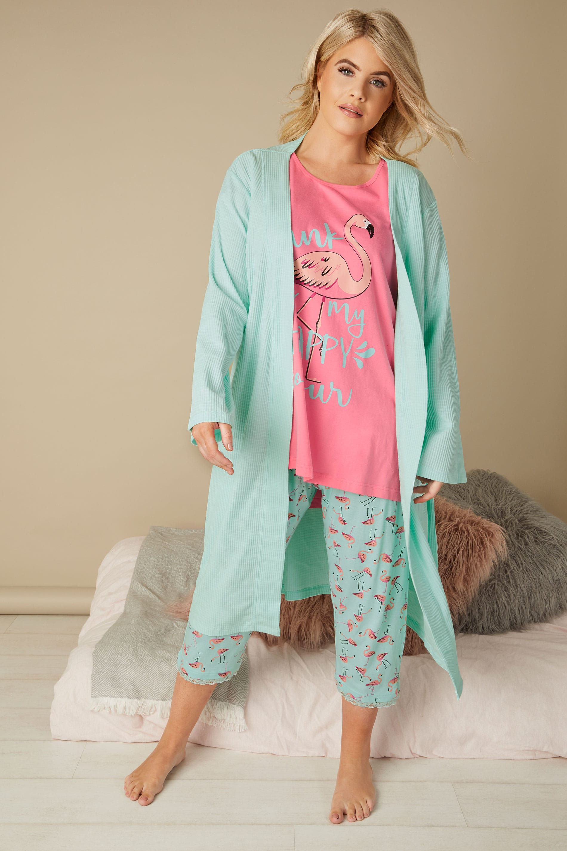 pinkes flamingo pyjama set mit blauen spruch capri hose in gro en gr en 44 bis 64. Black Bedroom Furniture Sets. Home Design Ideas